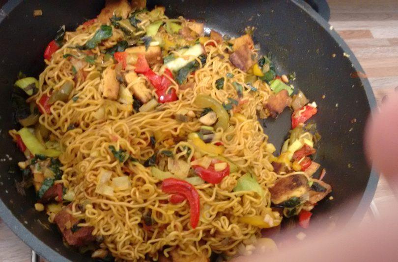 Scharfe Thai-Spaghetti mit Gemüse und Tofu