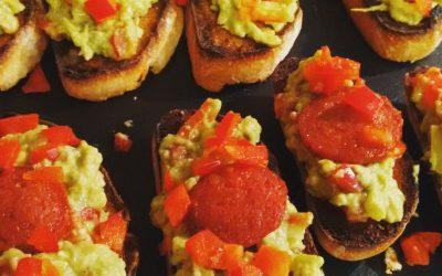 Crostini mit Avocado-Salsa und gebratener Chorizo
